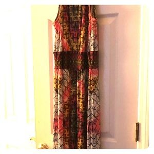 Maxi dress. Open slit in high neck. Sleeveless.